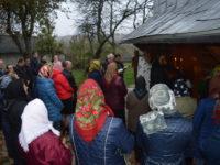 Через тиск віряни релігійних громад с. Острівець та с. Старий Гвіздець змушені молитися просто неба