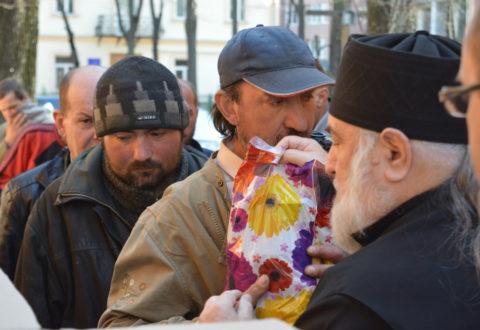 У День тезоіменитства єпископ Тихон роздав пасхальні подарунки безпритульним та нужденним