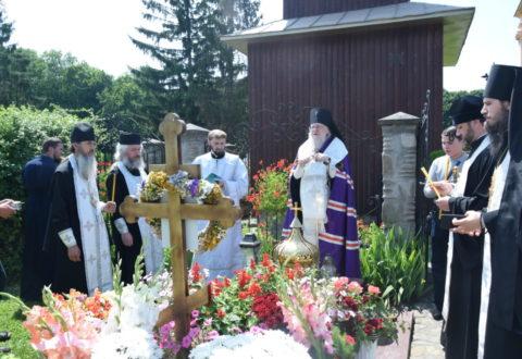 Архієпископ Серафим звершив панахиду на могилі спочилого єпископа Тихона